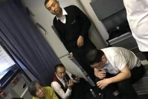 对话飞机上帮白叟吸尿医师有感染危险但救人要紧